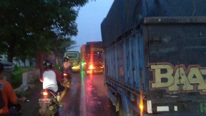 Jalur Pantura Indramayu Macet Sekitar 3 Kilometer, Ternyata Ada Perbaikan Kabel Listrik