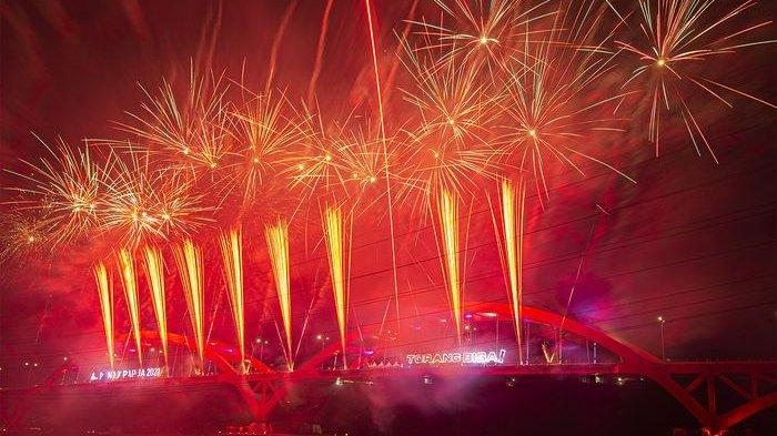 Pesta Kembang Api di Jembatan Merah Youtefa, dalam rangka Pembukaan PON XX PAPUA 2021 di Kota Jayapura. Sabtu (2/10/2021).