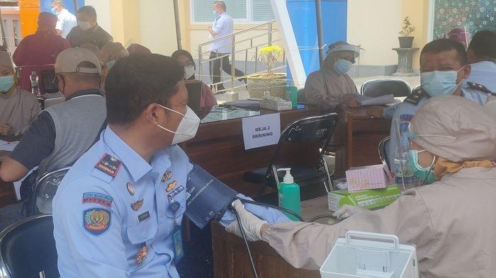 Perdana, 61 Pegawai Lapas Majalengka Jalani Vaksinasi, Begini Reaksi Kalapas Usai Divaksin Covid-19