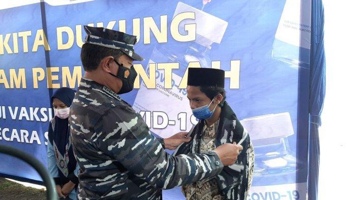 Kepala Staf Angkatan Laut, Laksamana TNI Yudo Margono, saat memberikan hadiah sarung kepada santri yang telah divaksin Covid-19 di Pondok Pesantren Khas Kempek, Kecamatan Gempol, Kabupaten Cirebon, Selasa (28/9/2021).