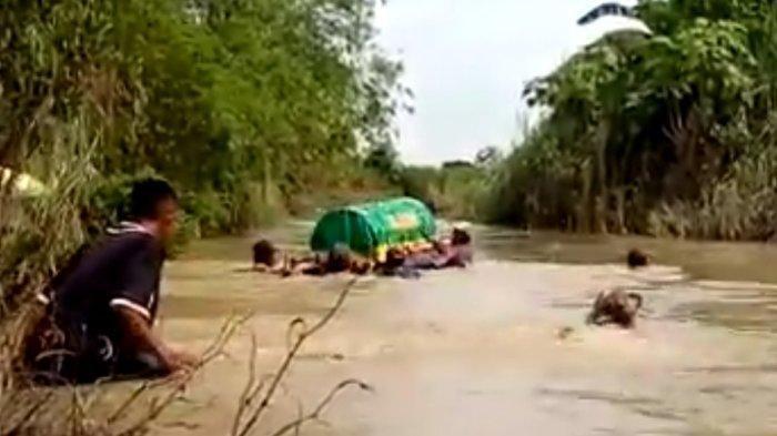 VIRAL Keranda Jenazah Dihanyutkan ke Sungai Menggunakan Ban Lantaran Tidak Ada Jembatan Penghubung
