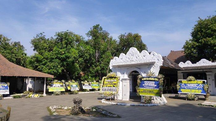 Keraton Kasepuhan Cirebon Masih Diselimuti Suasana Duka dan Dibanjiri Karangan Bunga