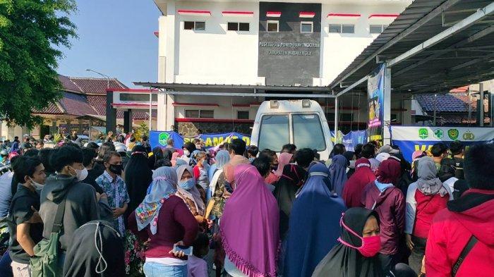 Satpol PP Tertibkan Antrean Warga, Tetap Saja Terjadi Kerumunan Saat Vaksinasi di Panyingkiran