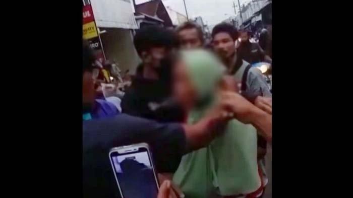 Kepergok Nyopet Seorang Nenek Diarak di Pasar, Dijambak hingga Dikatai Kasar: Pateni!