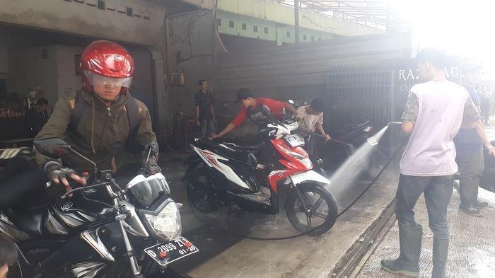 Motor Bisa Bersih dan Kinclong Dengan Cepat Hanya Biaya 'Goceng', Ini Lokasi Cuci Motor Yang Viral