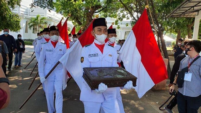 Kirab Merah Putih HUT ke-76 TNI Digelar di Kota Cirebon, Dibawa ke Makam Sunan Gunung Jati