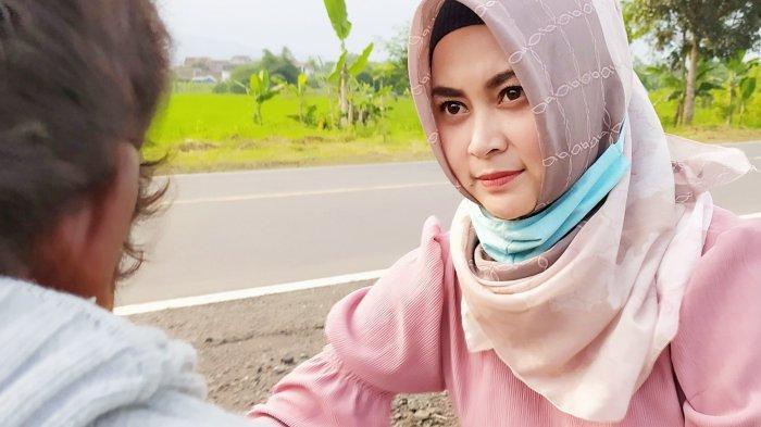 Cerita Guru Honorer Cantik di Cianjur yang Peduli Pada ODGJ di Jalanan, Ngasih Makan dan Memandikan