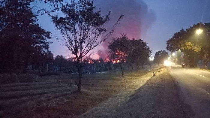 Kondisi PT Pertamina RU VI Balongan, Rabu (31/3/2021) pukul 18.00 WIB, masih terlihat kobaran api dan kepulan asap hitam.