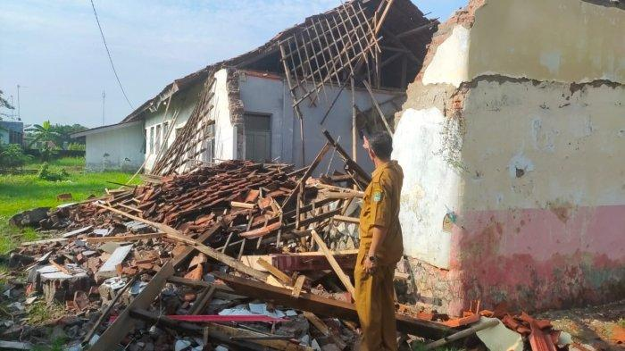 Kesaksian Kepala Sekolah SDN Buruyut Wetan II Majalengka: Atap Sekolah Ambruk, Bangunan Sudah Rapuh