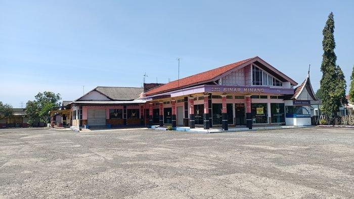 Kondisi rumah makan di Jalur Pantura Indramayu yang tak lagi beroperasi, Jumat (19/3/2021).
