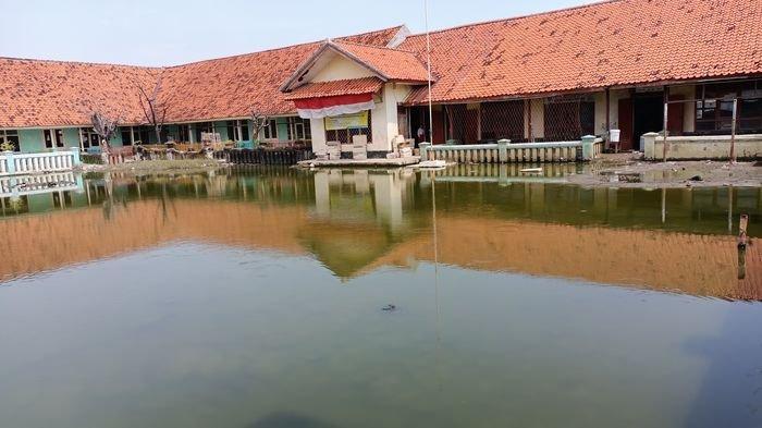 Gambaran Pilu SDN Eretan Wetan II Indramayu, Guru dan Murid Lihat Air yang 2 Tahun Genangi Sekolah