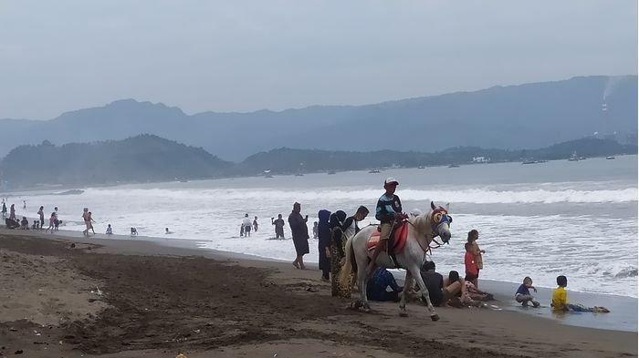 Wisata Pantai di Kabupaten Sukabumi Ditutup, TAPI Masih Ramai Didatangi Wisatawan, Kok Bisa?