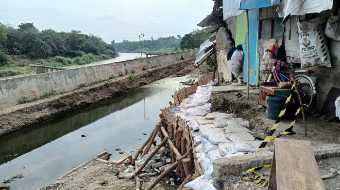 Kondisi terkini di lokasi amblesnya tanah tanggul Sungai Cimanuk di Blok Renggas Payung, Desa/Kecamatan Kertasemaya, Kabupaten Indramayu, Minggu (22/8/2021).