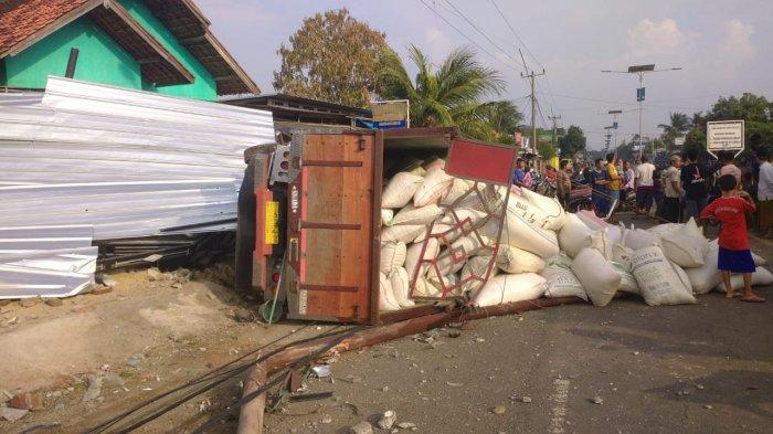 Kronologi Truk Terguling di Jalur Cirebon-Indramayu, Sempat Hantam Tiang Listrik untuk Hindari Motor