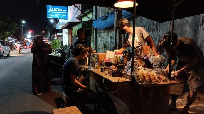 Nikmatnya Kopi Ulin, Sajikan Ngopi Ala Kafe di Pinggir Jalan Kawasan Kota Tua Indramayu