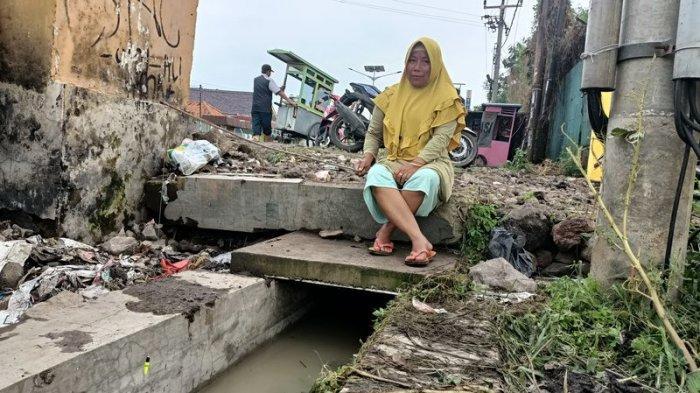 Ibu diIndramayuIni Bertahan Hidup di Tengah Banjir dengan Memancing, Pernah Dapat 2 Kg Ikan