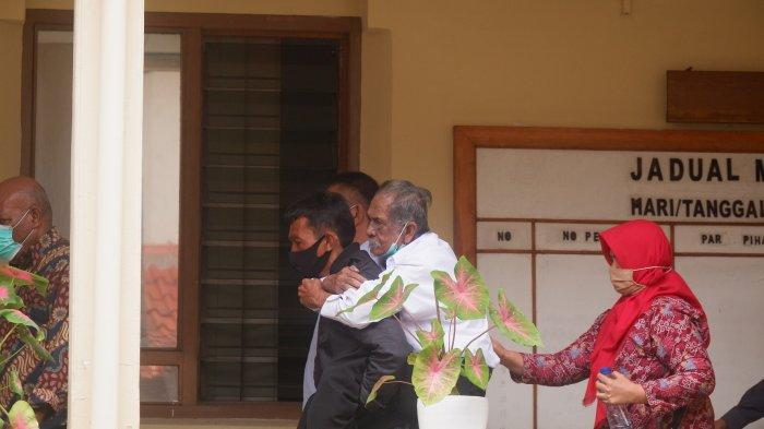 Kakek Koswara Datang ke Pengadilan Digendong Menantu, Mau Mediasi dengan Anak yang Menggugatnya