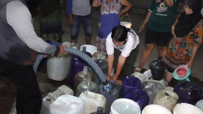 Krisis Air Bersih, Ratusan Warga Talun Sumedang Antre Bantuan Air Pada Malam Hari