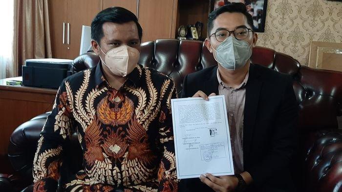 Kuasa hukum Affiati saat menunjukkan bukti register gugatan kliennya di DPRD Kota Cirebon, Jalan Siliwangi, Kota Cirebon, Selasa (12/10/2021).