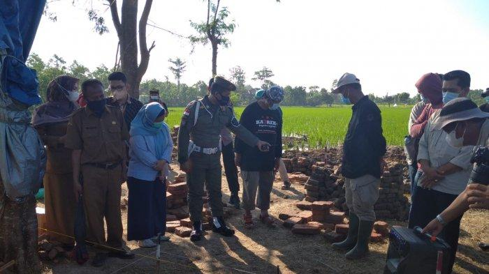Kunjungan Bupati Indramayu, Nina Agustina di lokasi dugaan candi di Blok Dingkel Desa Sambimaya, Kecamatan Juntinyuat, Kabupaten Indramayu, Senin (7/6/2021)