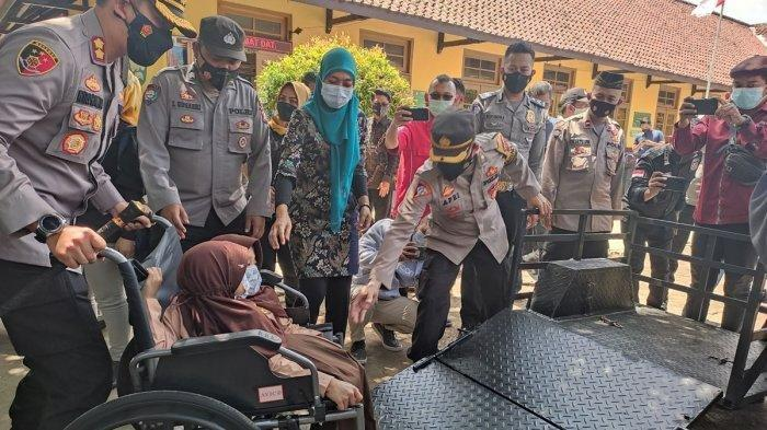 Kembar Siam Dewi dan Putri Bergembira Dapat Bantuan Kursi Roda Bermotor dari Kapolres Garut