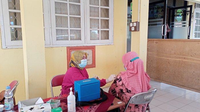 Ratusan Lansia di Kecamatan Palasah Majalengka Disuntik Vaksin Covid-19