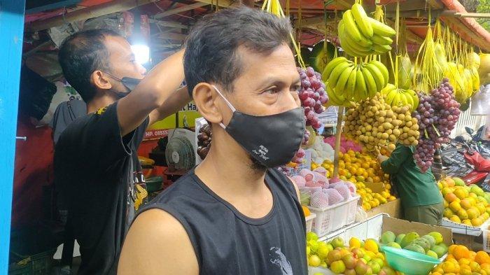 Lapak jualan Junaedi, pedagang buah-buahan di Pasar Sindangkasih Cigasong Kabupaten Majalengka selalu ramai di masa Pemberlakuan PPKM Darurat