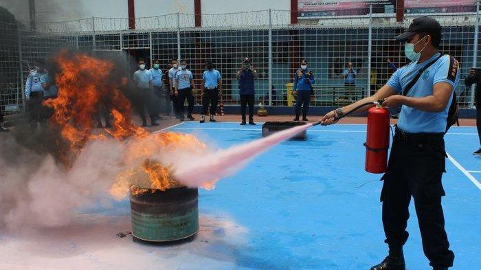 Tak Ingin  Terbakar Seperti Lapas Tangerang, Petugas Lapas Kelas II B Indramayu Latihan Padamkan Api