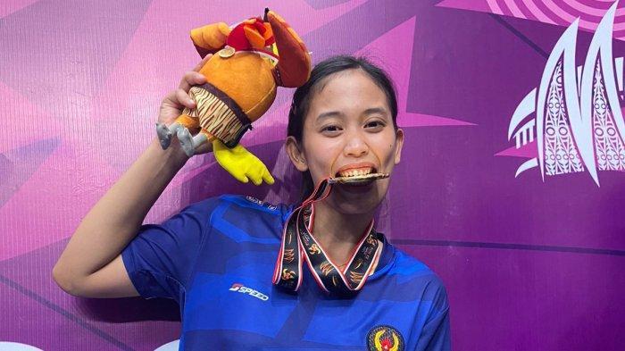 Legisya Nur Aisyah saat menunjukkan medali emas yang diraihnya dalam PON XX 2021 Papua
