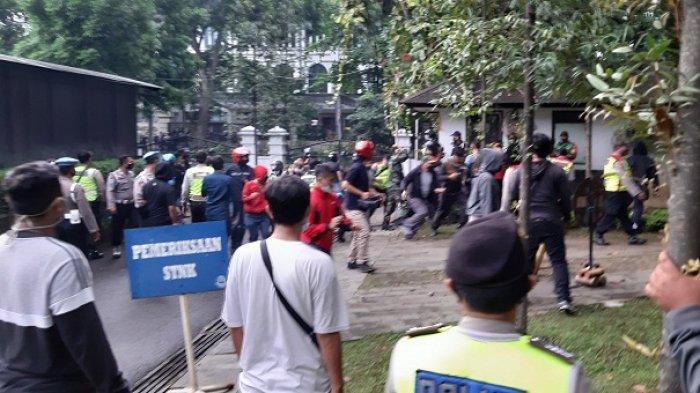 Hingga Malam Polisi dan TNI Sisir Kota Bandung Bubarkan Demonstran Setelah Pukul Mundur Massa