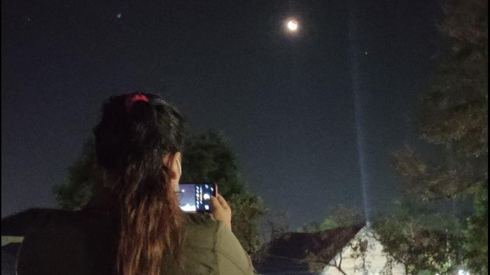 Melihat Fenomena Gerhana Bulan Total di Langit Majalengka, Risma: Anak Saya juga Sangat Antusias