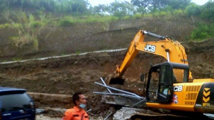 Terjadi Longsor di Tanjakan Emen, Pengendara Diimbau Agar Lebih Waspada Melintas Saat Hujan