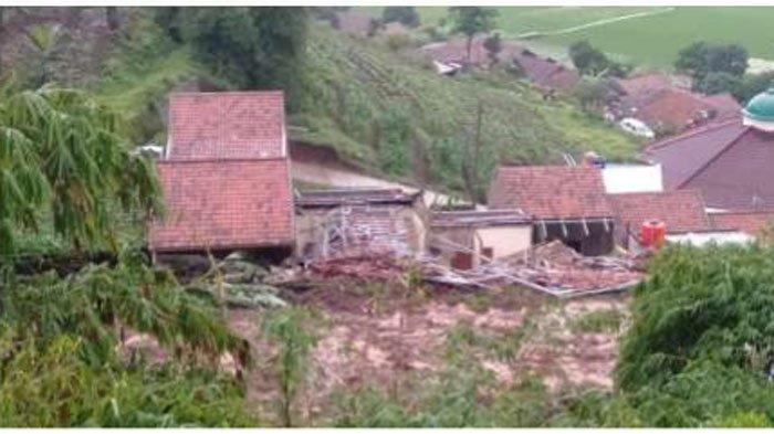 Longsor Terjang 14 Rumah di Perum Pondok Daud, 12 Orang Diduga Tertimbun, Evakuasi Terkendala Alat