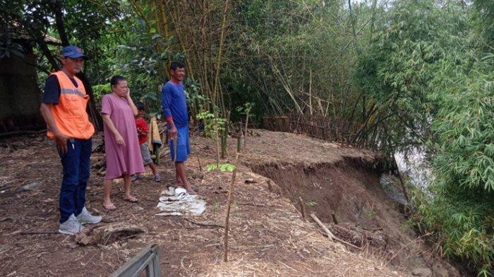 Tanggul Sungai Cipunegara Indramayu Tergerus Longsor, Warga Minta Pemerintah Secepatnya Membantu