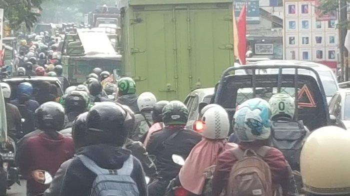 Imbas Ganjil Genap di 5 Gerbang Tol Bandung, Sejumlah Ruas Jalan Cimahi Dipadati Kendaraan