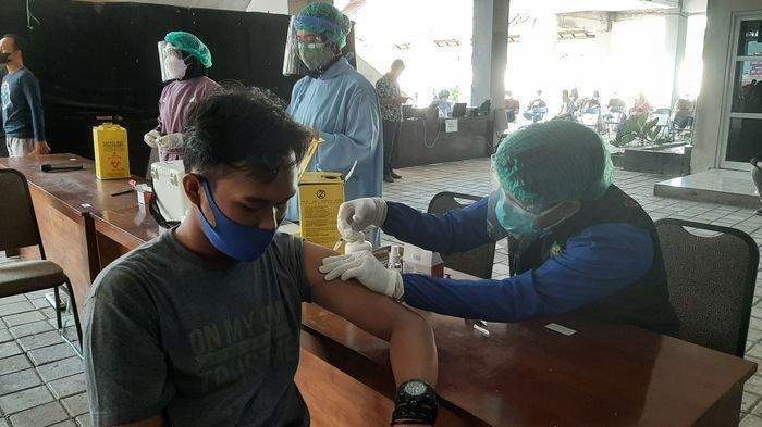 Mahasiswa saat disuntik vaksin Covid-19 dalam vaksinasi massal yang dilaksanakan Polresta Cirebon di di halaman Auditorium UMC, Jalan Fatahillah, Kecamatan Sumber, Kabupaten Cirebon, Sabtu (17/7/2021).