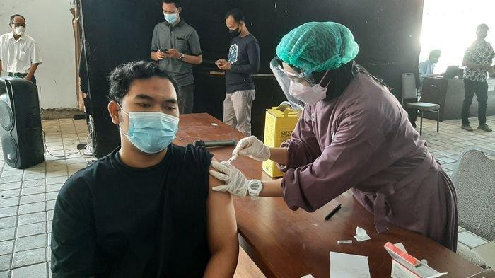 Mahasiswa saat disuntik vaksin Covid-19 dalam vaksinasi massal yang dilaksanakan Polresta Cirebon di halaman Auditorium UMC, Jalan Fatahillah, Kecamatan Sumber, Kabupaten Cirebon, Sabtu (17/7/2021).
