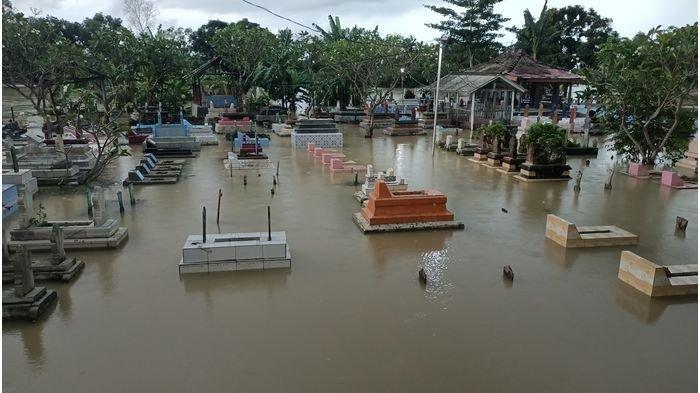 Ratusan Makam Terendam Banjir Luapan Sungai Cibuaya di Indramayu, Tampak Hanya Papan Nisannya Saja