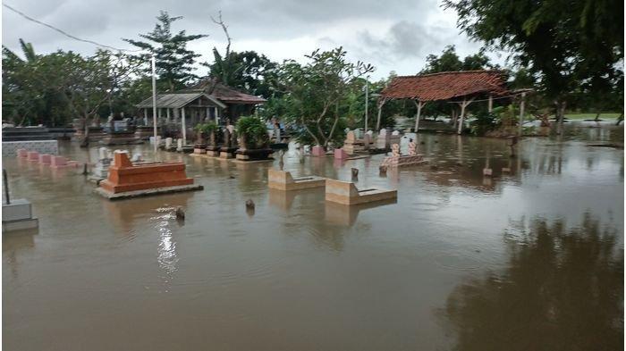 Makam-makam terendam banjir di Desa Tegalgirang, Kecamatan Bangodua, Kabupaten Indramayu, Senin (4/1/2021).