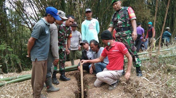 Ada Retakan Tanah, Rustandi Menangis Pindahkan Makam Sang Ayah