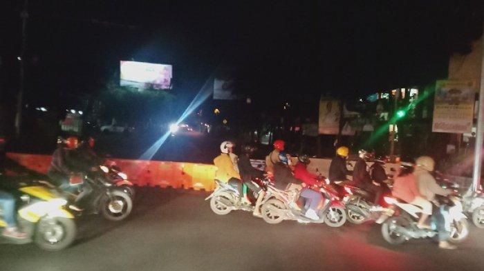 Malam Takbiran Petugas Berjibaku Menghalau Kendaraan yang Keluar dari Gerbang Tol Buahbatu Bandung