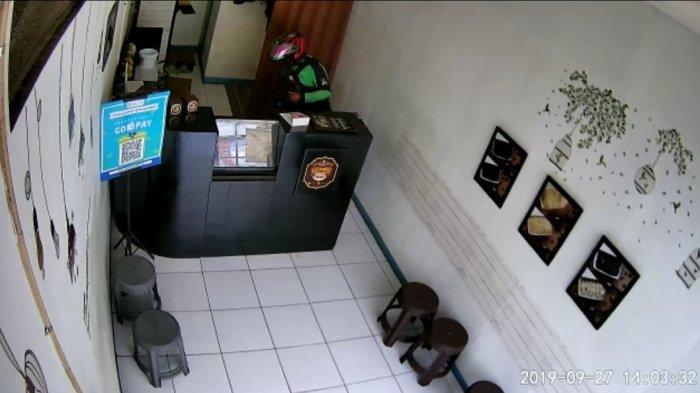 Maling Laptop di Cimahi Terekam CCTV Toko Makanan, Pelaku Mengenakan Jaket Ojek Online