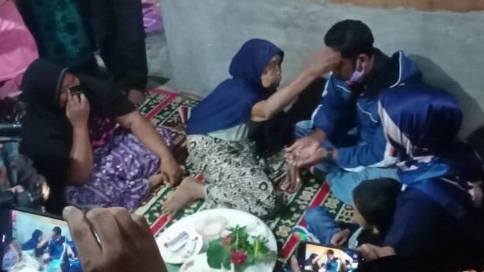 Mantan Kombatan Gerakan Aceh Merdeka Pulang Setelah 17 Tahun, Nangis Saat Bersimpuh di Kaki Neneknya
