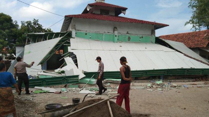 BERITA FOTO Detik-Detik Ambruknya Atap Teras Masjid Jami Nurul Huda di Pabean Ilir Indramayu