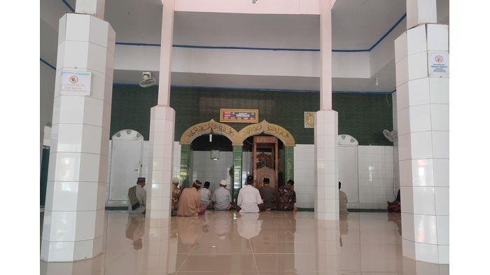 Suasana di dalam Masjid Jami Darussalam, Sabtu (17/4/2021), yang berada di Desa Karangsambung, Kecamatan Kadipaten, Kabupaten Majalengka yang dibangun pada abad ke-14.