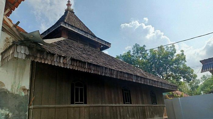 Masjid Kuno Bondan yang terletak di Blok Sapu Angin Desa Bondan Kecamatan Sukagumiwang Kabupaten Indramayu, Minggu (18/4/2021).
