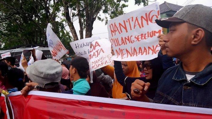 BREAKING NEWS - Kisruh Memuncak, Pedagang Pasar Baru Indramayu Kepung Cipto Gudang Rabat