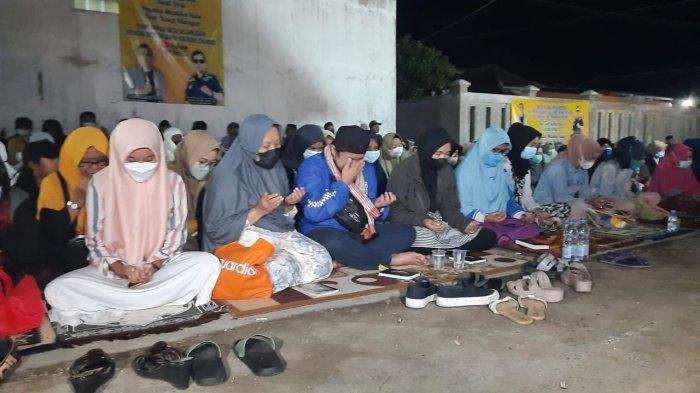 Pelaku Pembunuh Ibu dan Anak di Subang Belum Terungkap, Ratusan Warga Doakan Tuti dan Amalia