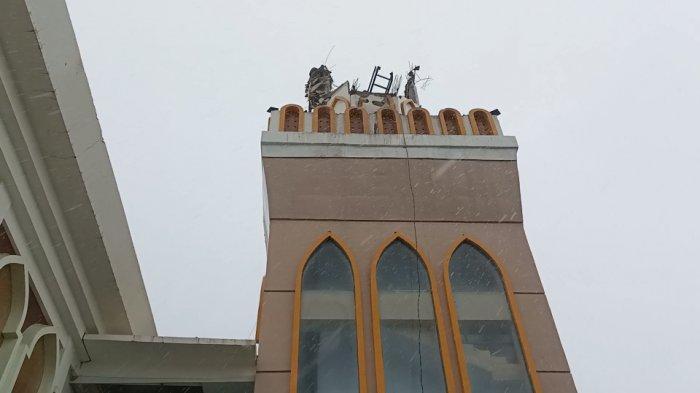 Menara Masjid Islamic Center Indramayu roboh usai diterjang angin kencang disertai hujan deras, Minggu (6/12/2020).