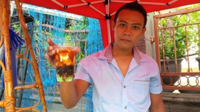 Insan Kamil (24), pemuda asal Desa Mirat, Kecamatan Leuwimunding, Kabupaten Majalengka menjual Cuing yang dikenal dengan sebutan Si Rauing.